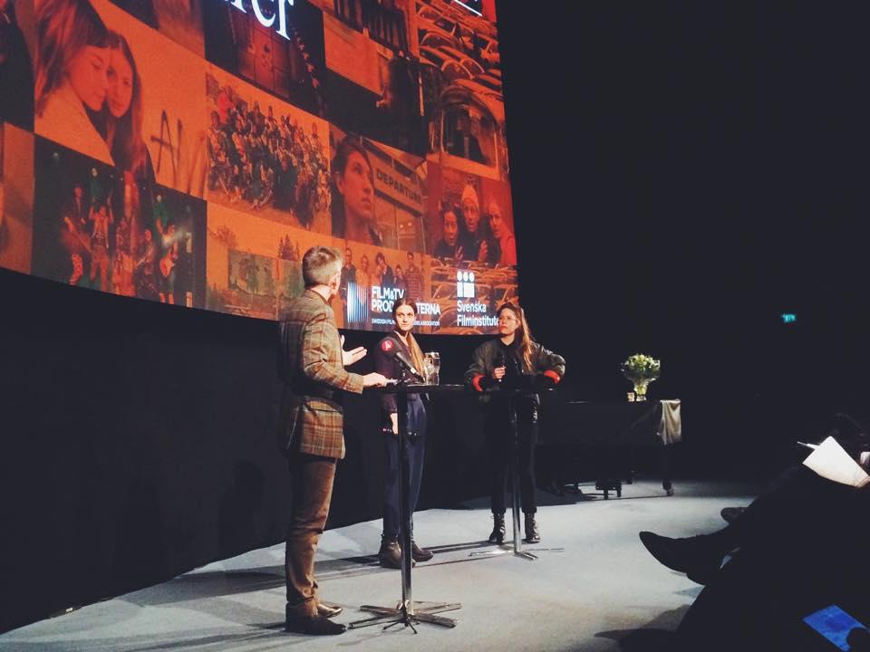 Pekka Heino intervjuar Anna Weitz och Anna Persson. Foto lånat av Johan Fogde Dias.