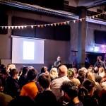 Shahram Khosravi talar på NonCitizen Dinner dagen efter premiären. Foto: Katriina Mäkinen.
